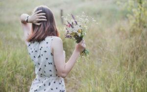 Plocka sju sorters blommor på midsommar.